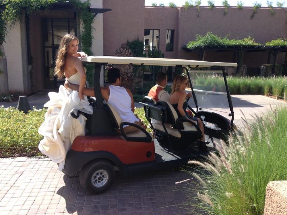 l'abito di Antonio Riva era così grande che abbiamo portato Lola in giro per i giardini dell'hotel lasciandola fuori dalla mini car