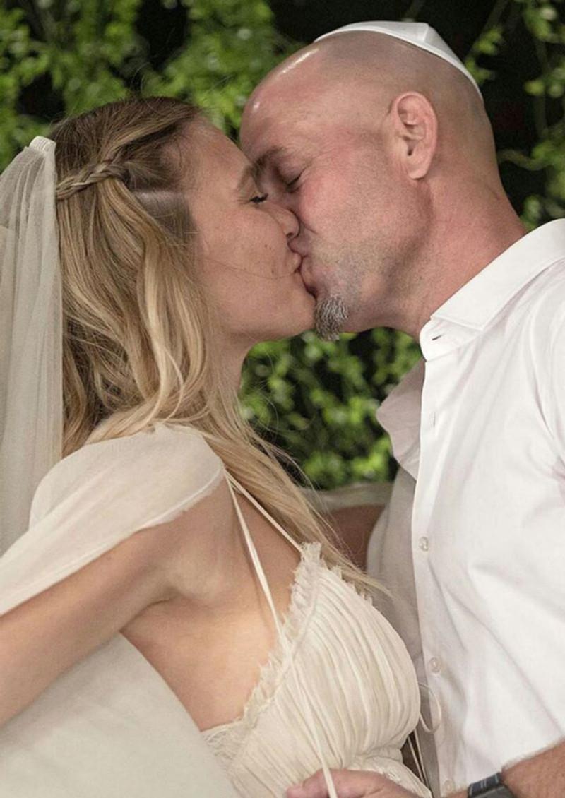 bar-refaeli-wedding-photos-in-hola-magazine_7