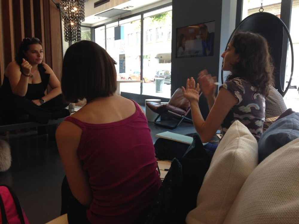 Elisa durante l'incontro con alcune ospiti
