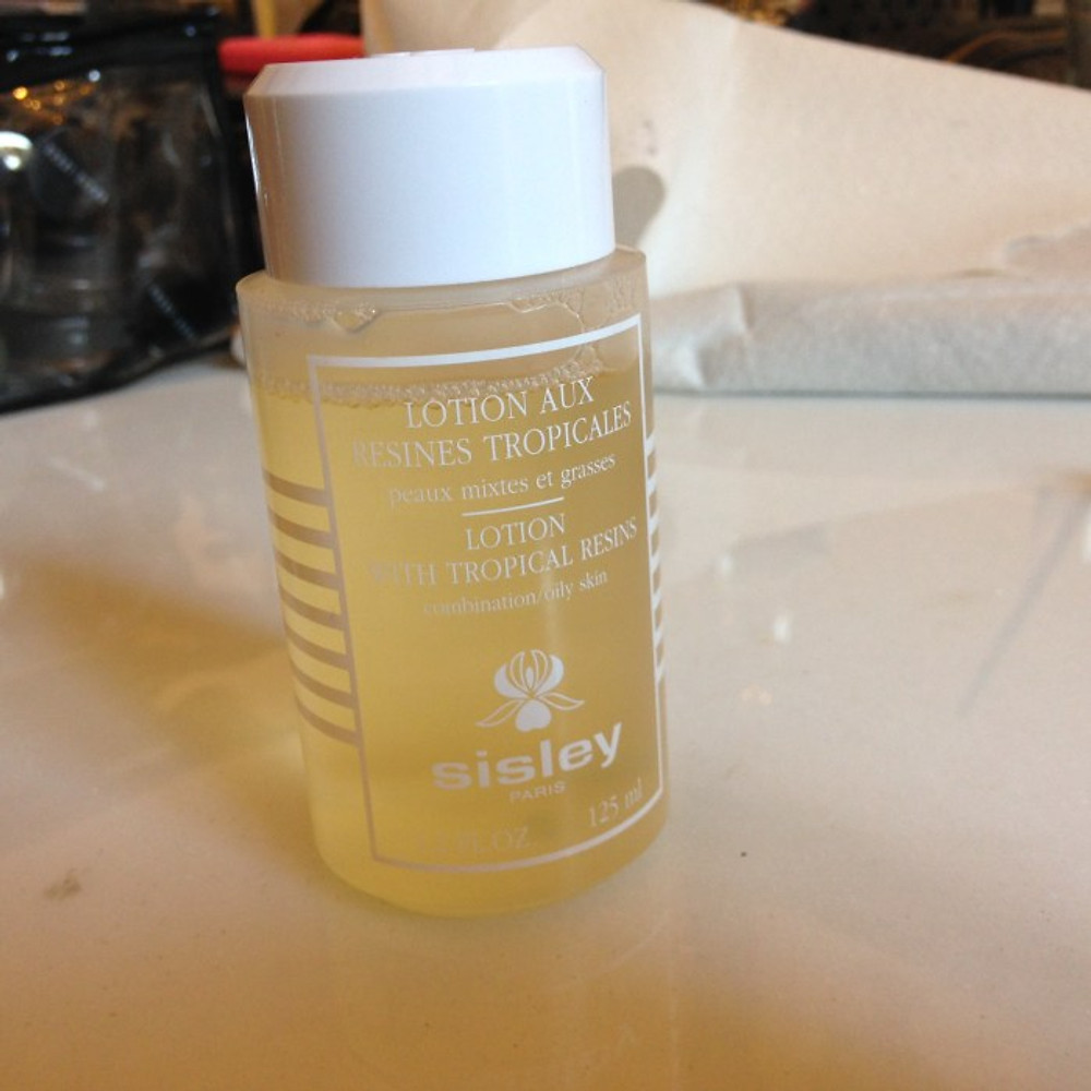 Per preparare la pelle delle modelle Lotion aux résines tropicales, un tonico astringente che deterge e elimina il sebo in eccesso