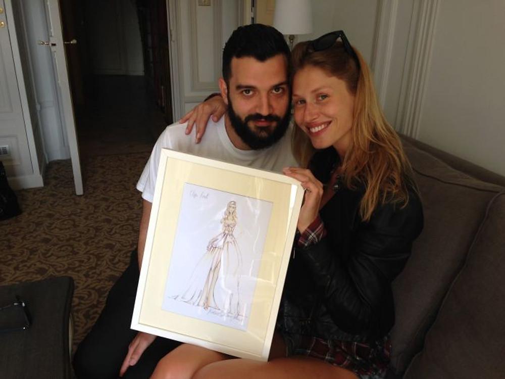 Rocco Galluccio, lo stilista, con Olga e il bozzetto dell'abito