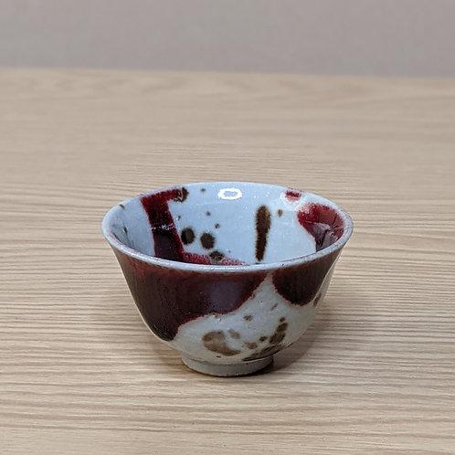 Tazza da sake rossa e grigio chiaro