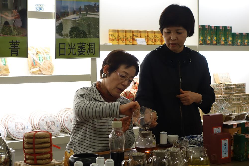 茶芸店にて台湾茶講習の受講風景