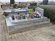 Monument funéraire en ciment et granit à rénover