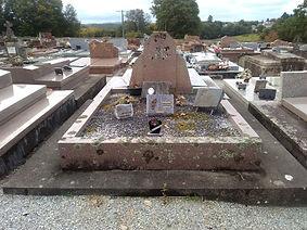 Tombe endommagée sans monument
