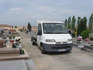 Transport monument funéraire au cimetière