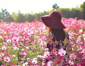 beautiful-women-in-the-fields-pink-flowe