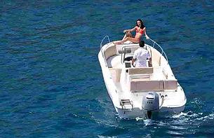 couple en bateau de location sur la mer Méditerranée