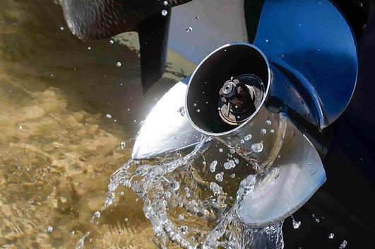 entretien du moteur et helice du bateau