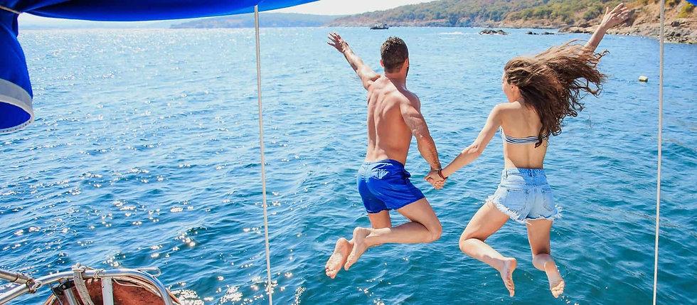 plongeon en mer en couple depuis un bate