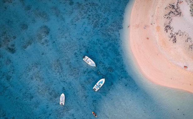 Bateau et paddle vue du dessus en mer Méditerranée