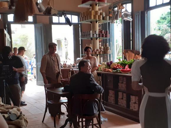 Equipe em filmagem - produção de arte novela Éramos Seis, TV Globo