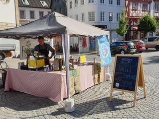 Kaffeestand auf dem Wochenmarkt in Boppard
