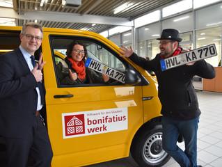 Rapsgelber BONI-Bus für Päwesin