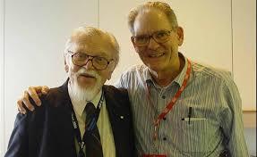 Albert N. Thiele e Richard H. Small, criadores dos parâmetros Thiele-Small de alto-falantes, abraçados.
