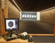 Skjutplats bilden från Jönköping. Skytten har tillgång till streckkodsläsare för snabbt och enkelt val av skjutprogram, printer och fjärrkontroll.