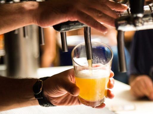 Estudo aponta: Mulheres que bebem cerveja são mais felizes