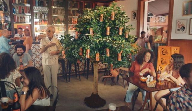 Campanha da Cacildis traz árvore de cerveja como estrela principal (Imagem: Divulgação)