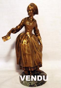 Bronze : jeune femme élégante