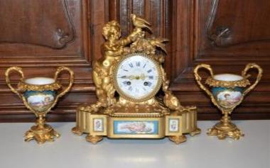 """""""Pendule en bronze doré et vases en porcelaine de Sèvres"""""""