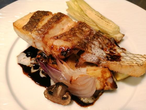 白身魚のポワレ 軽いバターソースとバルサミコソースで