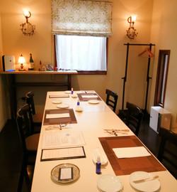 3名様のテーブル配置(対面を避ける席の配置)