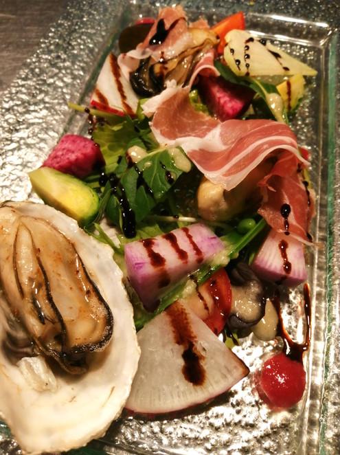 一年牡蠣のソテーと生ハムのサラダ