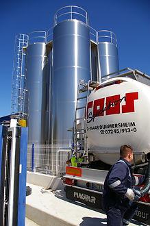 Carico serbatoio liquidi con camion cisterna