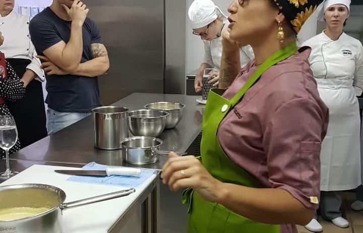 Renata Vanzetto esbanja conhecimento e simpatia em palestra e oficina prática