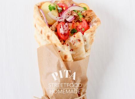 """Pita """"Gyros Art"""" mit Hähnchenstreifen, Pommes-Chips, rote Zwiebeln, Cherry- tomaten und Joghurtdip"""