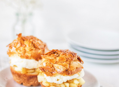 Hefeteig-Muffin mit Apfel-Kompott,  Sahne und Mandel-Honig-Crunch