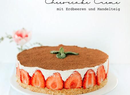 Cheesecake-Creme mit frischen Erdbeeren und Mandelteig