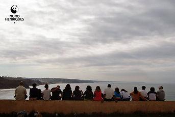 Pessoas olhando o mar
