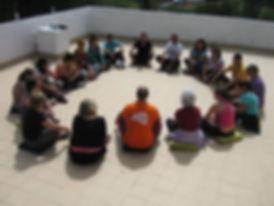 Grupo de pessoas em circulo
