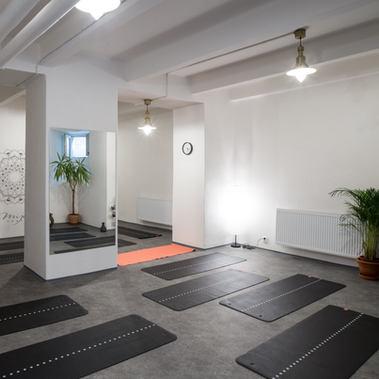studio yoga mija praha