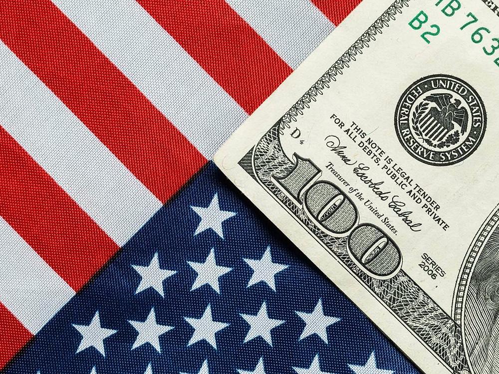 Bandeira dos Estados Unidos com nota de dólar (mars58/Thinkstock)