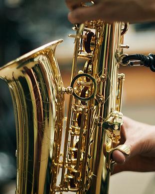 Pessoa que joga o saxofone