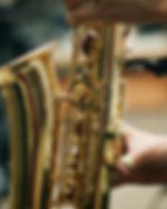 Person spielt Saxophon