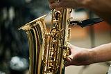 Persona suonando il sassofono