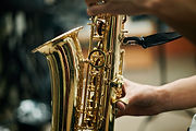Osoba gra na saksofonie