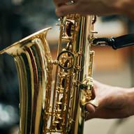 Persona que juega el saxofón
