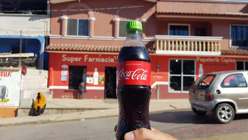 Le Coca-Cola s'affiche et se vend partout au Mexique. Ici, une pharmacie aux couleurs de la marque.