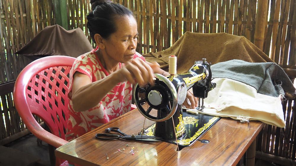Sur l'île de Bali, les femmes travaillent à la confection de petites pochettes.