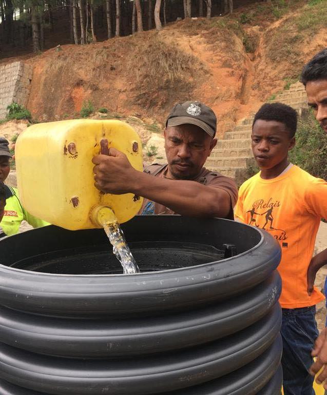 Le 16 novembre 2018, Jean-Paul Augereau était dans un village à Madagascar pour installer sa fontaine. Ici, un homme verse de l'eau impropre.