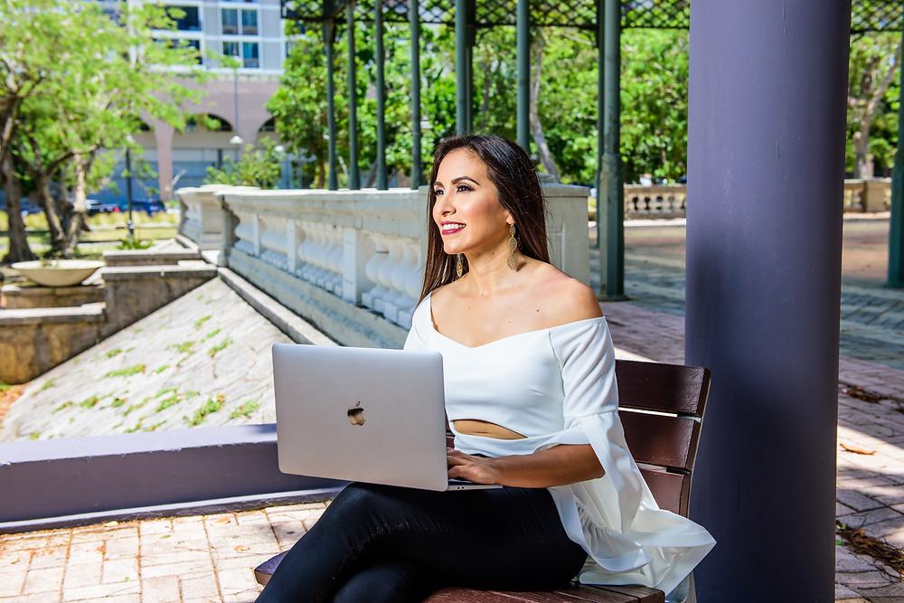 mujer pensando, mujer con una computadora, keila navarro