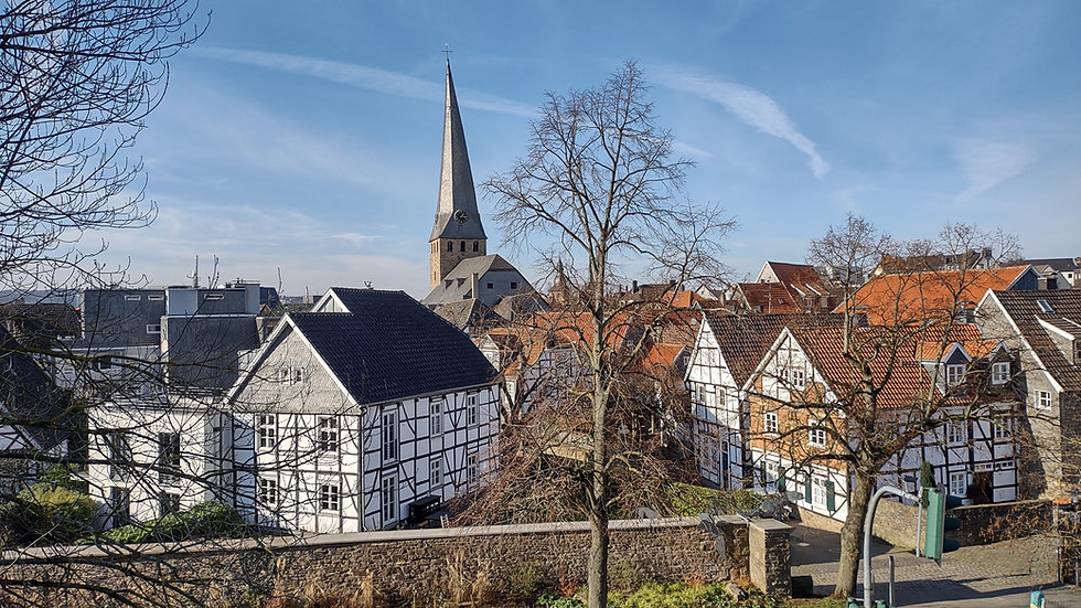 Das Bild zeigt die Hattinger Altstadt von einem erhöhten Standpunkt.