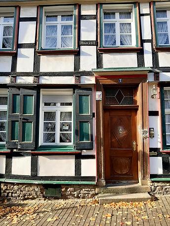 Das Bild zeigt die Fassade eines Fachwerkhauses in der Hattinger Altstadt.