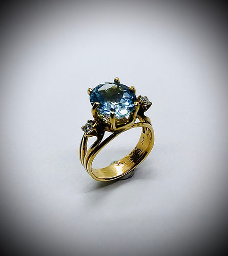 AQUAMARINE  14ky GOLD AND DIAMOND RING