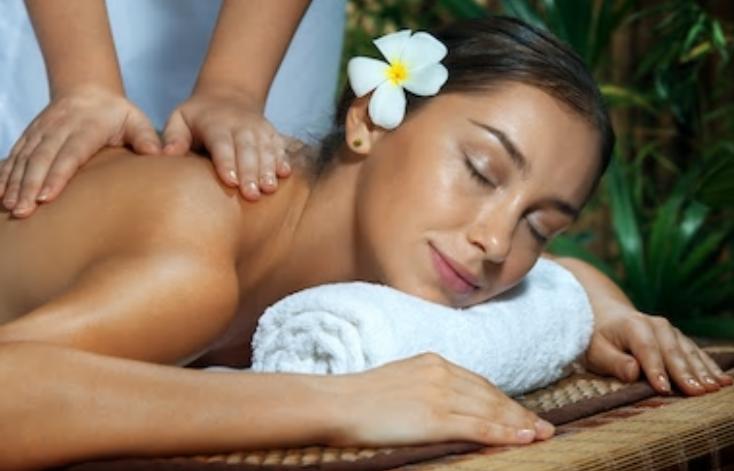 Le massage ayurvédique est un massage de bien-être connu pour ses vertus préventives et sa faculté à favoriser la répartition de l'énergie dans tout le corps mais aussi nous débarrasser de toutes nos toxines et charges émotionnelles.