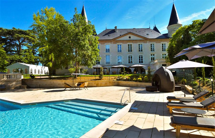 Le Château et sa grande terrasse avec vue sur parc et piscine